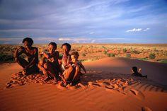 Familia do povo San. Província de Northern Cape, África do Sul.  A San people family. Northern Cape province, South Africa.  © South African Tourism