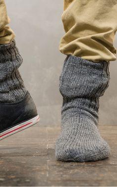 Uudesta Novita Pikkusisko -langasta neulotut villasukat ovat nin ohuet, että ne mahtuvat istuviinkin kenkiin! Ohje löytyy nettisivuiltamme. LANKA: NOVITA PIKKUSISKO