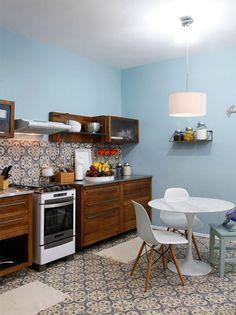Ladrilho hidráulico na parede e piso desta linda cozinha.  Fotografia: Marcelo Rosenbaum.