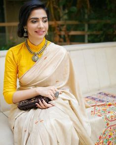 We've watched an Indian movie even once in our lives and we've all been charmed with these colorful traditional outfits, saree styles. Blouse Back Neck Designs, Silk Saree Blouse Designs, Fancy Blouse Designs, Blouse Patterns, Salwar Designs, Outfit Invierno, Stylish Blouse Design, Stylish Sarees, Designer Kurtis