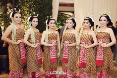 Bridesmaids in traditional attire | 71 Best Traditional Indonesian Wedding Moments | http://www.bridestory.com/blog/71-best-traditional-indonesian-wedding-moments