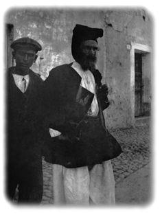 Uomo in abito tradizionale di Orgosolo, scatto dei primi del novecento di Antonio Ballero. Leggende, Storie ed Aneddoti Popolari Sarde, Il folletto dalle sette berrette (Leggenda di Tempio).