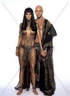 Patricia Velásquez as Anck-su-namun and Arnold Vosloo as Imhotep in The Mummy Egyptian Fashion, Egyptian Women, Egyptian Art, Egyptian Goddess Costume, Mummy Movie, Ancient Egypt Art, Mädchen In Bikinis, Halloween Disfraces, Movie Costumes
