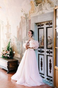 Looking for a blush wedding dress inspiration This wedding inspiration shoot at the Villa Medicea di Lilliano is a must see Tulle Wedding Gown, Blush Wedding Flowers, Bridal Dresses, Bridal Photoshoot, Destination Wedding Planner, Bridal Looks, Bridal Style, Bridal Portraits, Designer Wedding Dresses