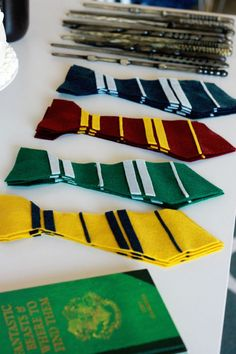 The Best Harry Potter Birthday Party Ideas, DIY and Crafts, Harry Potter DIY Felt Ties and wand. Creative Harry Potter Birthday Party Ideas to pull off the best wizard celebration. Baby Harry Potter, Natal Do Harry Potter, Harry Potter Motto Party, Harry Potter Fiesta, Harry Potter Thema, Classe Harry Potter, Deco Harry Potter, Harry Potter Halloween Party, Harry Potter Classroom