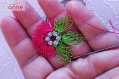 İğne Oyası Hürrem Boncuğu Üzerine Çiçek Yapımı Merhabalar arkadaşlar bu yazımızda hürrem boncuğu üzerine çiçek nasıl yapılır detaylı ve aşamalı olarak resimlendirerek sizler ile paylaştık. Kullandığımız malzemeler;Altınbaşak 17 yeşil, Altınbaşak 6 fuşya ve iğne oyası iğnesi. Sırasıyla adım adım resimleyerek nasıl yapıldığını öğrenebilirsiniz. Takıldığınız yerlerde lütfen yorum olarak bizlere sorabilirsiniz. İğne oyası modeli yapacak olan …