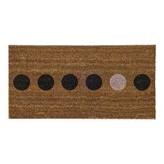 Paillasson en coco avec points noirs et nude Hello, signé Bloomingville qui plaît pour son design scandinave et ses coloris pastels. Il apportera douceur et élégance à tous les bas de porte.