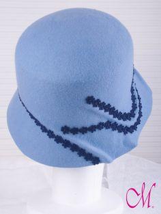 Sombrero Conpenhague. Cloché de copa recta, de fieltro de lana azul celeste con pasamanería. www.monetatelier.com