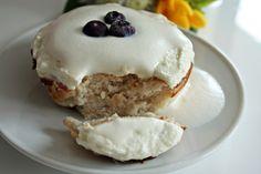 Jednoporcjowe ciastko kokosowe z frostingiem biszkoptowym i pianką mleczną