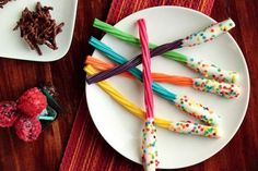 Serve licorice wands just like the ones on the food trolley on the Hogwarts Express. 29 Essentials For Throwing The Perfect Harry Potter Party Harry Potter Snacks, Gateau Harry Potter, Cumpleaños Harry Potter, Harry Potter Marathon, Harry Potter Halloween, Harry Potter Birthday, Sprinkles, Cauldron Cake, Chocolate Frog