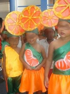 tribune libre: et 3 carnaval 2010 - école petite section Fruit Costumes, Cool Costumes, Gouts Et Couleurs, Theme Carnaval, Fancy Dress For Kids, Petite Section, Slumber Parties, Party Hats, Carnival