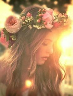 flower child :flowers in her hair, she don't care Floral Crown, Belle Photo, Her Hair, Marie, Wedding Hairstyles, Hair Beauty, Photoshoot, Long Hair Styles, Flower Crowns