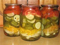 """Летний салат на зиму  Хочу предложить рецепт салата, который в нашей семье """"живет"""" около 15 лет. Овощи в нем хрустящие, на рассол кто успеет, а за лук вообще драка. У девочек на форуме есть подобные рецепты, но все-таки с небольшой разницей.  В стерильную баночку (у меня 1 л) положить на дно по 3-4 веточек укропа и петрушки (зеленые), разрезать 1 зубок чеснока,по желанию можно положить колечко горького перца, 1 луковицу среднего размера порезать кольцами, 1 сладкую перчину порезать соломкой…"""
