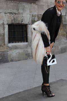 Botina negros de tacón, chaleco d piel en blanco, pantalón de piel n negro,bolso en melancolía negro rígido, ameicNa en negro h.