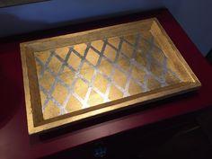 Vassoio in legno decorato a foglia oro e argento.