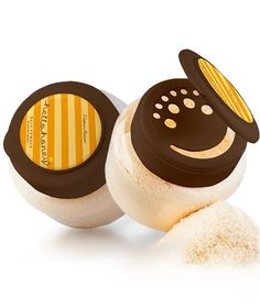Koupelový pudr Hello Honey jemně čistí pokožku a zlepšuje její stav. Vytvoří jemnou pěnu, zahalí vás květinovou vůní, která uvolňuje napětí. Obsahuje výtažky z medu a kozího mléka, které pokožku dokonale hydratují a jantarový extrakt pomáhá udržovat mladistvý vzhled pokožky. Použití: Malé množství sypkého pudru vsypte přímo do proudu teplé vody. Chraňte prášek před vlhkosti v dobře uzavřené nádobě. Pouze pro vnější použití. Objem: 200 g