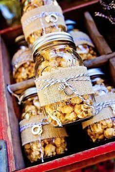 Durante la ceremonia, dales pequeñas bolsas de palomitas a tus invitados. | 17 Ideas divertidas para tener un boda inolvidable