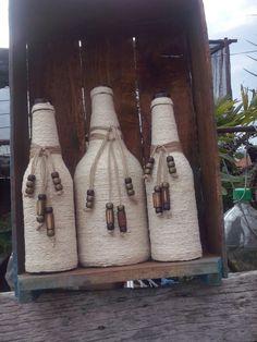 Jogo de garrafas personalizadas feitas a mão com barbantes e colares rústicos.Lindo para enfeitar ou como vaso.
