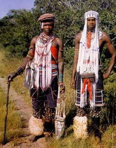 Young South African men of the Xhosa tribe wear headbands called amadiliza entloko. The Magic World of the Xhosa - Aubrey Elliott - Pg 39 Young men's headbands were called amadiliza entloko.