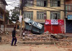 rümmer in Kathmandu: Mittlerweile wurde Nepals einziger internationaler Flughafen gesperrt, Flüge wurden nach Neu-Delhi umgeleitet.