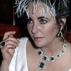 Elizabeth Taylor wearing her Bulgari diamond and emerald necklace with detachable pendant/brooch - a gift from Richard Burton. Discover the antique and vintage jewellery trends coming back up to date: http://www.thejewelleryeditor.com/vintage/parures-the-original-interchangeable-jewelry-vintage/ #jewelry