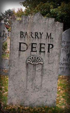 Funny Tombstone Sayings, Halloween Tombstone Sayings, Halloween Graveyard, Theme Halloween, Outdoor Halloween, Halloween Projects, Halloween 2019, Diy Halloween Decorations, Holidays Halloween