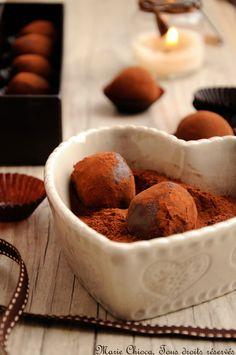 truffes au chocolatngrédients pour une trentaine de truffes :   - 300g de chocolat noir à 85% - 1 brique de crème de soja liquide - 6cl de café espresso doux - 3cl de très bon whisky - 9 cuil à s de sirop d'agave - Cacao pur pour rouler les truffes   Faire fondre tous les ingrédients dans une casserole à feu très doux en remuant tout le temps, puis laisser refroidir plusieurs heures au frais.  Confectionner les truffes à la main, puis les rouler dans le cacao.    se conservent au moins 15…
