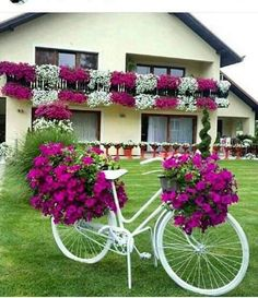 Cool 35 Relaxing Diy Bicycle Planters Design Ideas With Vintage Vibe To Try Asap Garden Crafts, Diy Garden Decor, Garden Projects, Beautiful Gardens, Beautiful Flowers, Bike Planter, Decoration Plante, Old Bicycle, Front Yard Landscaping