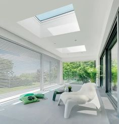 The type F flat roof window by FAKRO features a sleek modern look, characterised by excellent thermal insulation parameters Corrugated Roofing, Modern Roofing, Steel Roofing, Diy Roofing, Corrugated Metal, Architectural Shingles Roof, Skylight Design, Living Roofs, Garage Roof