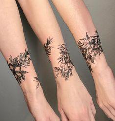Mini Tattoos On wrist; beautiful tattoos 30 Mini Tattoos On Wrist Meaningful Wrist Tattoos Mini Tattoos, Trendy Tattoos, Unique Tattoos, Beautiful Tattoos, Body Art Tattoos, Small Tattoos, Sexy Tattoos, Tatto Unique, Stylish Tattoo