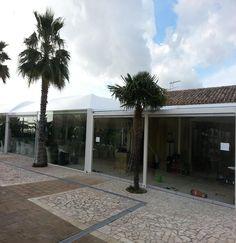 Un ristorante realizzato con un gazebo cicogna e chiuso con vetrate....