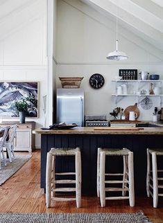Masculine Kitchen Furniture Ideas That Catch An Eye Beach House Kitchens, Home Kitchens, Elle Decor, Kitchen Furniture, Kitchen Interior, House Furniture, Furniture Ideas, Saint Andres, Beach Cottage Decor