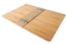 %100 bambudan üretilen Bambum kesme tahtaları, bambunun sert ve dayanıklı yapısı sayesinde elinizden düşüremeyeceğiniz özel kesme tahtalarınız olacaktır. Bambum Tinola 0.8 cm inceliği ve üç tabakalık bambu yüzeyi ile sade ve estetik bir kesme tahtasıdır. Üç farklı boy seçeneği ile mutfağınızdaki tüm kesme tahtası ihtiyacınıza çözüm sunacaktır.    Ürün Boyutları (cm) : 35x25x0.8