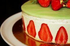 Клубничный торт с фисташковым кремом