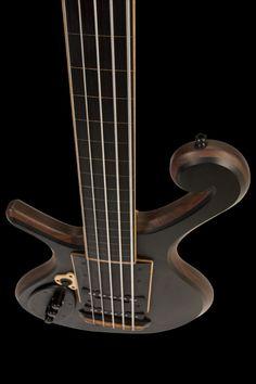 Xylem 5 String Lefty Custom Bass Guitar 五弦ベースって、デザイン結構過激なものが多い気がする。
