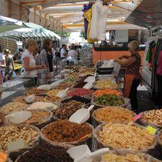 Auf dem Wochenmarkt in Desenzano del Garda gibt es jeden Montag frische, lokale Produkte zu kaufen. http://www.canvasholidays.de/zielgebiete/camping-in-italien/gardasee