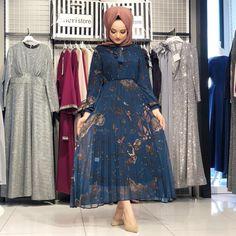 Görüntünün olası içeriği: 1 kişi, ayakta Abaya Fashion, Muslim Fashion, Modest Fashion, Fashion Outfits, Women's Fashion, Hijab Evening Dress, Evening Dresses, Modern Islamic Clothing, Hijab Trends