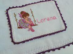 Fralda bordada em ponto cruz para a pequena Lorena