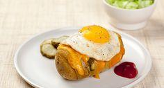 Hasselback aardappel met kaas en ei. Verwarm de oven voor op 200°C hete lucht (of 220°C bij boven- en onderwarmte). Snijd de aardappel dwars in fijne schijfjes, maar net niet helemaal tot beneden. Er ontstaat een soort waaier die onderaan vasthangt en tijdens het bakken opengaat. Leg de aardappel op een bakplaat met bakpapier of in een ovenschotel en druppel er …