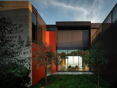 Retractable walls and numerous terraces feature in this expansive California home designed by US architecture firm Olson Kundig. Modern Buildings, Interior Architecture, Orange Front Doors, Metal Siding, Architectural Services, Concrete Houses, Design Within Reach, Los Angeles Homes, California Homes