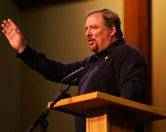 Pastor Rick Warren perdona al sujeto que le vendió arma no registrada a su hijo para que se suicidara