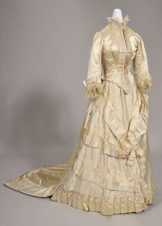 Bridal Costume & History Wedding gown, Canadian Museum of Civilization. Antique Wedding Dresses, Classic Wedding Gowns, Vintage Gowns, Victorian Gown, Victorian Fashion, Vintage Fashion, 1870s Fashion, Vintage Couture, Retro Outfits