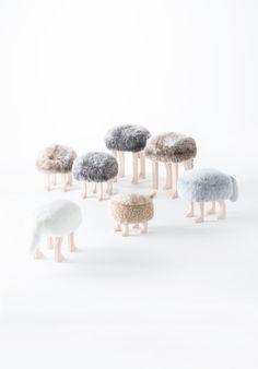 ふさふさの座面にひとつひとつ丁寧に仕上げられた動物の脚。お部屋のアクセントにピッタリなかわいいしっぽのついたユニークなアニマルスツール。玄関先での靴やブーツの着脱時や、リビングでソファー近くに置いてオットマンとして使用したり、子供用の椅子など様々な使い方ができる小ぶりで便利なスツールです。帰宅時にはかわいく出迎えてくれます。S,Lの2つのサイズ展開と、さわり心地の違うファーを使用した2種類の座面、全6型のラインナップからお選びいただけます。