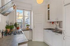 Liten yta blev till välutnyttjat kök med blandning av gammalt och nytt med luftig känsla. Linoljemålat platsbyggt kök med innanförliggande luckor, original skafferi, gasspis, inbyggnadskyl/frys, inbyggnadsdiskmaskin och hemgjorda betongbänkar. Shaker möter svenskt 20-tal. Völundsgatan 7.