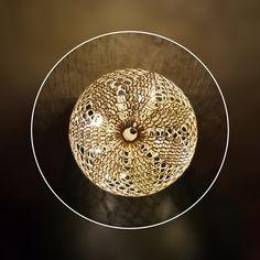Materialer: Bomuld – hæklet i Drops Safran, natur – ca 25 g Hæklenål 2,5 eller 3,0 Trælim Rund ballon Plastikbøtte Lyskæde Forkortelser: lm – luftmaske km – kædemaske fm –…