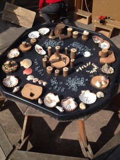 Loose parts tuff tray Reggio Emilia, Tuff Spot, Nursery Activities, Preschool Activities, Jungle Activities, Summer Activities, Play Based Learning, Early Learning, Reggio Classroom