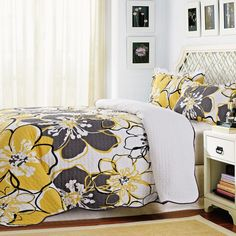 A gorgeous summery floral pattern will liven up your room. Keep your style young and fresh with this bold print in beautiful vivid colours.