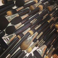 O segredo para uma maquiagem limpa e bonita é a qualidade de seus pincéis. As varinhas mágicas da mulheres devem estar higienizadas para facilitar a aplicação dos produtos e conseguir o efeito desejado.  Lavando à noite, seus pincéis estarão sempre sequinhos pela manhã. Fica a dica.