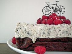 Brownie med hvit sjokoladeostekrem, oreo og bringebær {Bakemagi.no}