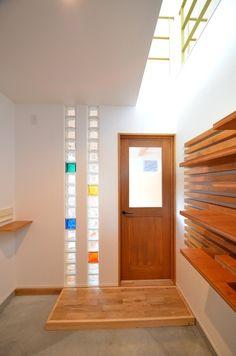 キラキラと光を受けて反射するガラスブロックって綺麗ですよね。内部が中空になっているので耐熱性、遮音性にも優れています。壁材なのに光を通す、その特性を生かした住…
